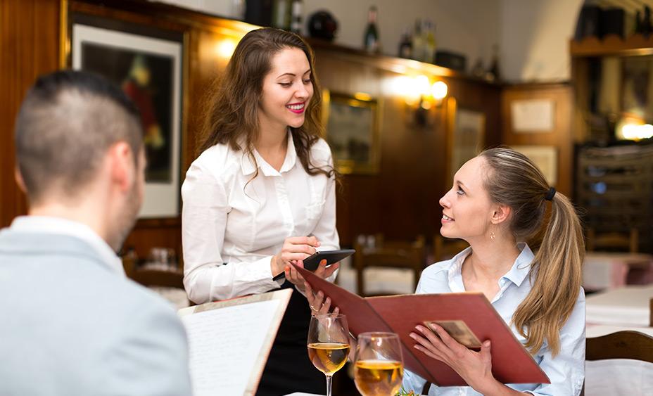 Camarera de restaurante hotel tomando nota con Telecomanda ICG