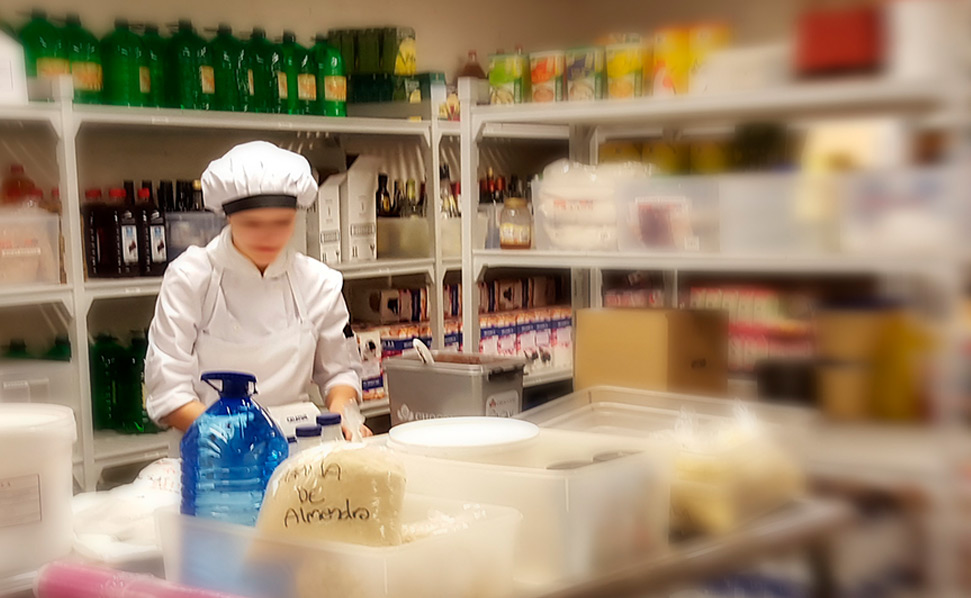 mujer en almacén utilizando el software Stock Manager de ICG