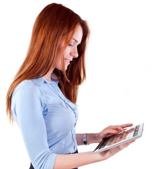 Mujer utilizando tablet con software Telecomanda de ICG