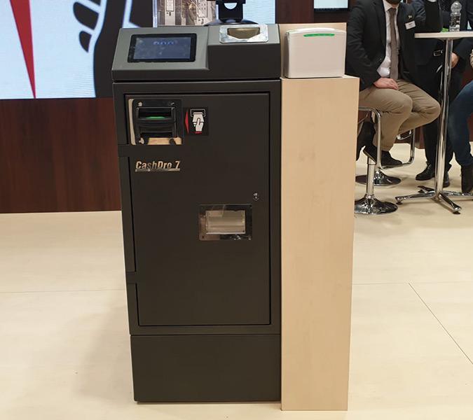 Dispositivo de gestión de efectivo CashDro 7, cajón inteligente de cambio que acepta y dispensa billetes en fajos.